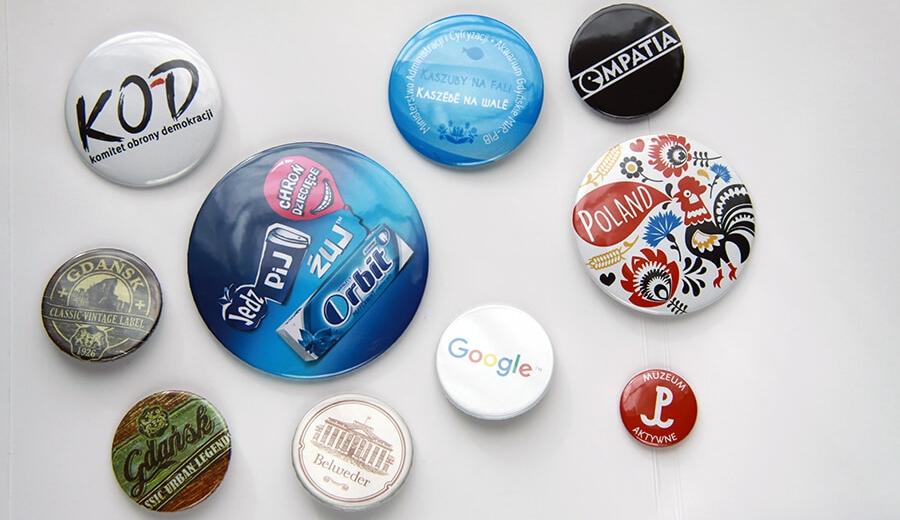 promowanie marki poprzez gadzety reklamowe jak przypinki czy badziki