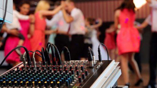 dj podczas pracy na weselu